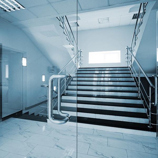 cửa kính cường lực hai cánh cầu thang